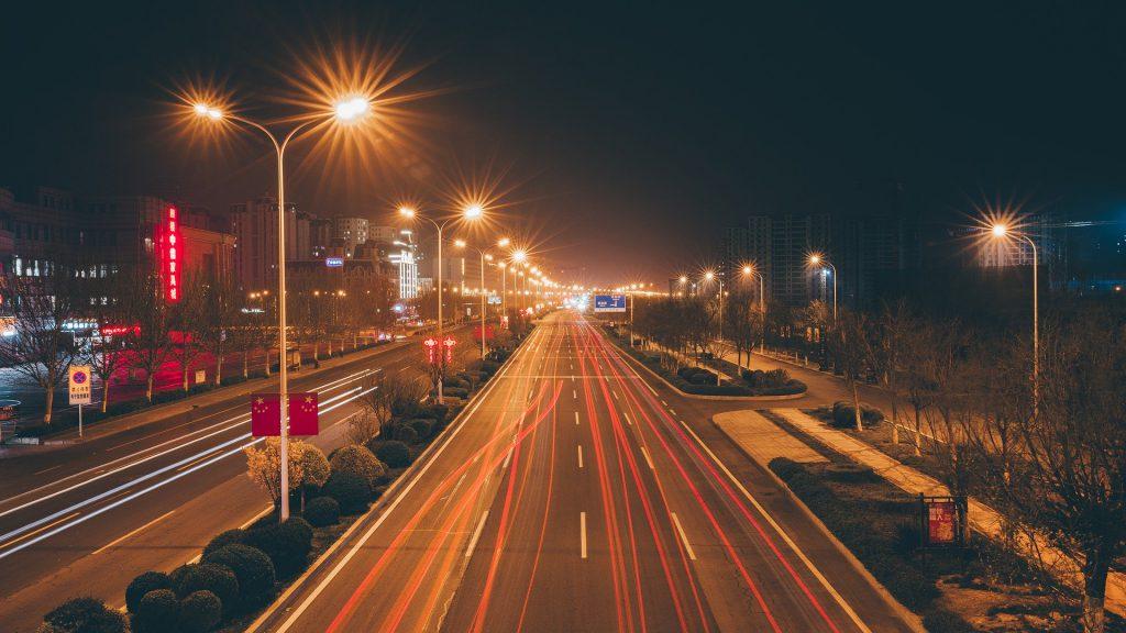 Route avec beaucoup de données qui roulent sur la route à la place des voitures