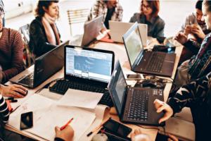 bureau travaillant en digital learning